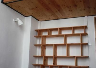 Mezzanine suspendue sur bibliothèque